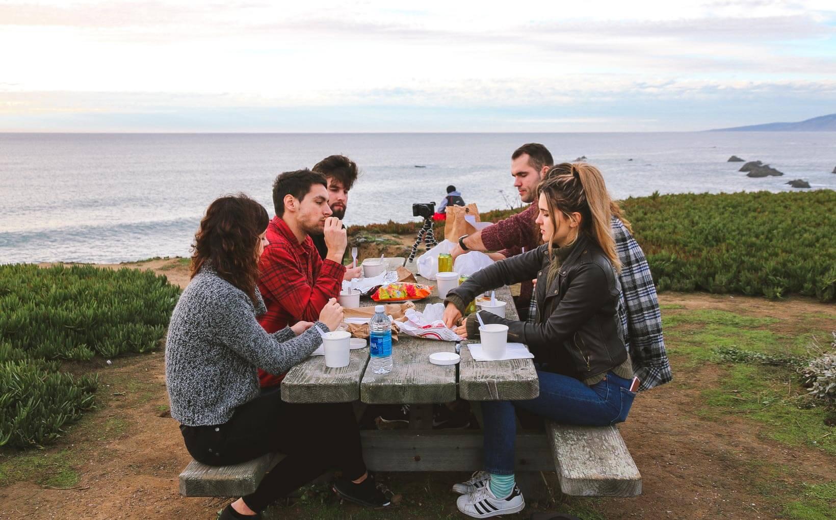 """Пікнік на узбережжі моря. Експеримент """"Американська мрія"""": яке воно, життя в Америці?"""