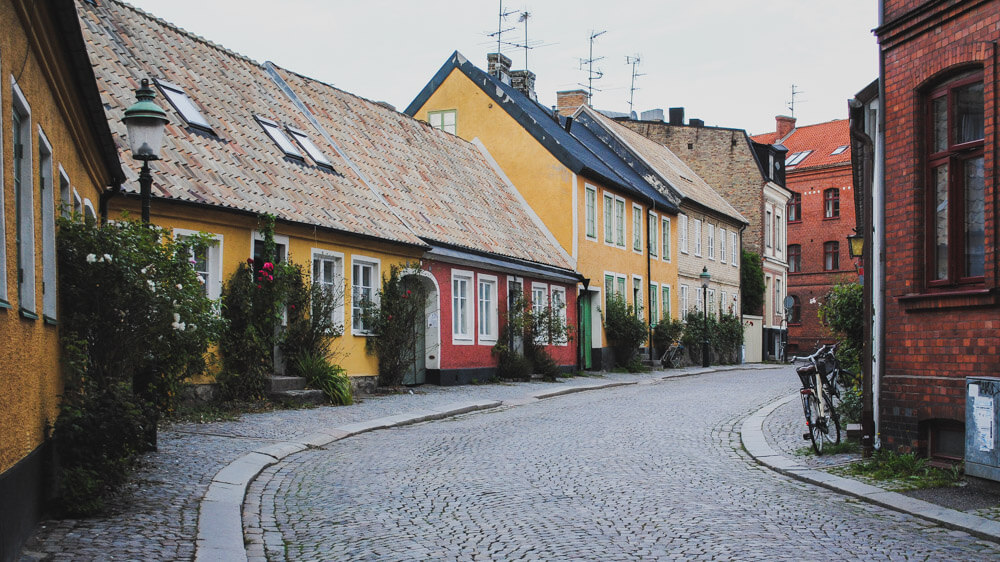 day trip from Copenhagen to Lund, colorful streets with blooming roses